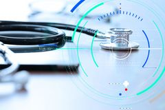 Conceito médico do tratamento apropriado exato do diagnóstico Medique a mão que trabalha com a tabuleta digital w do estetoscópio imagens de stock