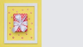 Conceito mínimo da configuração lisa com presente e cargas belamente envolvidos de corações minúsculos Imagem de Stock