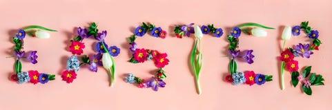 Conceito mínimo da Páscoa Bandeira com a Páscoa da palavra feita das flores da mola fotos de stock