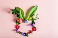 Conceito mínimo da Páscoa Forma do coelho feita das flores da mola imagens de stock