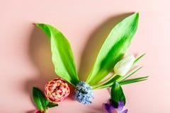 Conceito mínimo da Páscoa Forma do coelho feita das flores da mola fotos de stock royalty free