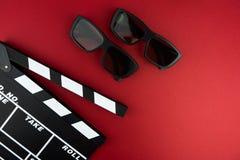 Conceito mínimo do cinema Filme de observação no cinema placa de válvula, vidros 3d Fotos de Stock