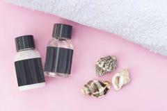Conceito macio dos termas, conchas do mar e toalha em um fundo cor-de-rosa, close up fotos de stock