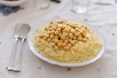 Conceito marroquino da placa do cuscuz do vegetariano imagem de stock