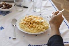 Conceito marroquino do prato do cuscuz do vegetariano fotos de stock