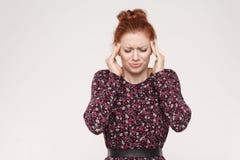 Conceito mau das emoções e dos sentimentos, dor de cabeça Toque da mulher do ruivo fotos de stock royalty free