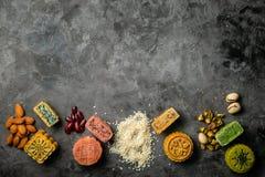 Conceito meados de Autumn Festival - monncakes yuebing no fundo rústico Fotos de Stock