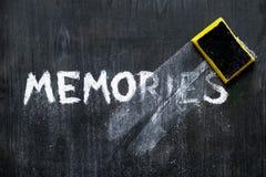 Conceito mental das edições: memórias da palavra escrita da mão 'limpadas fora o fundo de madeira preto foto de stock