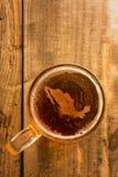 Conceito mexicano da cerveja, silhueta de México na espuma no vidro de cerveja na tabela de madeira foto de stock royalty free