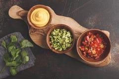 Conceito mexicano do alimento Vários molhos aos nachos ou aos tacos no woode fotos de stock royalty free
