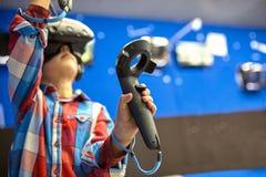 Conceito moderno da tecnologia, do jogo e dos povos - menino nos auriculares da realidade virtual ou nos vidros 3d que jogam o vi imagem de stock royalty free