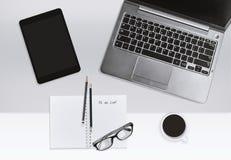Conceito moderno do local de trabalho do escritório Portátil e caderno com lista de tarefa e copo de café foto de stock