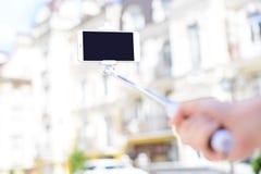 Conceito moderno do uso da tecnologia Foto honesto próxima da vista do pe imagens de stock