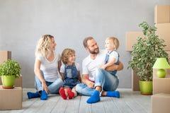 Conceito movente home novo da casa do dia da família imagens de stock royalty free