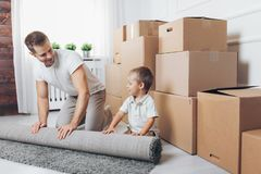 Conceito movente, pai e filho movendo-se para uma casa nova foto de stock royalty free