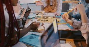 Conceito multi-étnico saudável do local de trabalho Colegas felizes do negócio do close-up que trabalham junto na tabela de reuni vídeos de arquivo