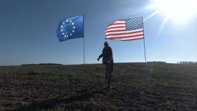 Conceito nas relações internacionais, parceria internacional dos E.U. e União Europeia Silhueta do homem no video estoque