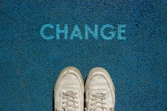 Conceito novo da vida, slogan inspirador com MUDANÇA da palavra com base na maneira da caminhada imagens de stock