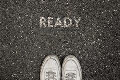 Conceito novo da vida, slogan inspirador com a palavra PRONTA com base no asfalto imagens de stock