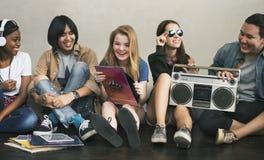 Conceito ocasional dos adolescentes de rádio do estilo da unidade dos amigos da música imagens de stock