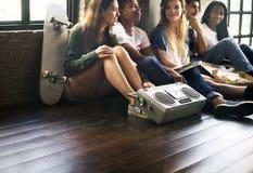 Conceito ocasional dos adolescentes de rádio do estilo da unidade dos amigos da música fotografia de stock