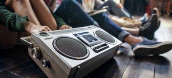 Conceito ocasional dos adolescentes de rádio do estilo da unidade dos amigos da música imagem de stock