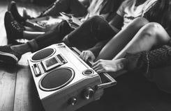 Conceito ocasional dos adolescentes de rádio do estilo da unidade dos amigos da música foto de stock royalty free
