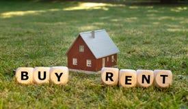 Conceito para comprar ou alugar uma casa imagens de stock