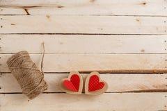 Conceito para histórias de amor e para o dia de Valentim A corda, as inscrição dela e corações feitos a mão do cartão em um natur imagens de stock royalty free