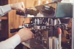 Conceito para o barista profissional na cafetaria Fotos de Stock