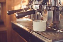 Conceito para o barista profissional na cafetaria Imagens de Stock