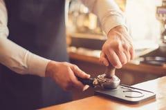 Conceito para o barista profissional na cafetaria Foto de Stock Royalty Free
