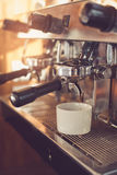 Conceito para o barista profissional na cafetaria Fotografia de Stock Royalty Free