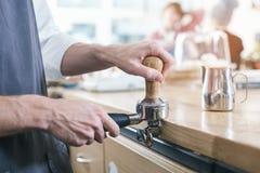 Conceito para o barista profissional na cafetaria Imagem de Stock Royalty Free