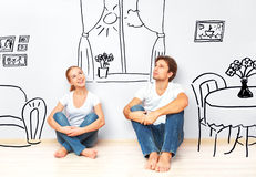 Conceito: pares felizes no interior novo do sonho e do plano do apartamento Foto de Stock Royalty Free