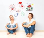 Conceito pares novos que sonham da casa nova, criança, bem estar financeiro Fotografia de Stock