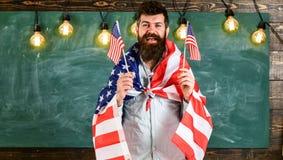 Conceito patriótico da educação Retrato de seguro entusiasmado contente alegre com sarja de Nimes vestindo do estudante toothy do fotografia de stock