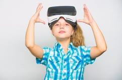 Conceito pequeno do gamer Jogos virtuais da brincadeira com dispositivo moderno Explore a oportunidade virtual As crian?as as mai imagens de stock
