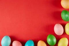 Conceito pintado tradicional dos ovos da páscoa Composição da vista superior imagem de stock