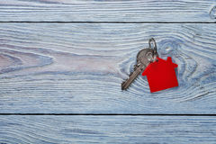 Conceito, porta-chaves e chaves da propriedade no fundo de madeira Fotos de Stock