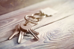 Conceito, porta-chaves e chaves da propriedade no fundo de madeira Fotografia de Stock Royalty Free