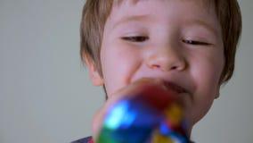 Conceito positivo das emoções Close-up de sorriso e de riso da criança Conceito feliz da infância Preparação à divisão do negócio video estoque