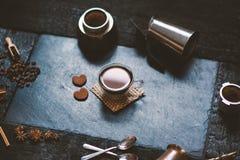 Conceito - preparação do café Copo de café, mocha, fabricante de café, feijões roasted, colheres, cezve do turkisch, biscoitos e  imagens de stock