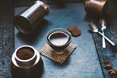 Conceito - preparação do café Copo de café, mocha, fabricante de café, feijões roasted, colheres, cezve do turkisch, biscoitos e  fotos de stock