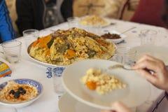 Conceito pronto da tabela da reunião do feriado da família Conceito do alimento da família imagem de stock royalty free
