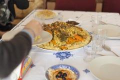 Conceito pronto da tabela da reunião do feriado da família Conceito do alimento da família foto de stock