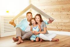 Conceito que abriga a família nova Pai e criança da mãe em h novo imagem de stock