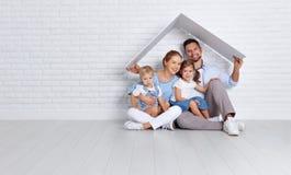Conceito que abriga uma família nova pai e crianças da mãe em n imagens de stock