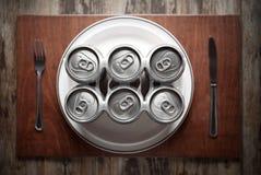 Conceito que representa o alcoolismo em uma maneira engraçada Foto de Stock