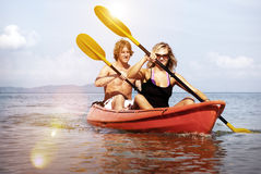 Conceito recreacional Kayaking dos pares da perseguição da felicidade da aventura fotos de stock royalty free